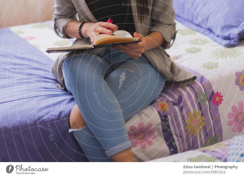 Junge Frau schreibt in ihr Tagebuch. Büro Buch Schüler Brief Papier Männer bei der Arbeit Job Notizblock Plan Partizipation Nahaufnahme Person weiß Page