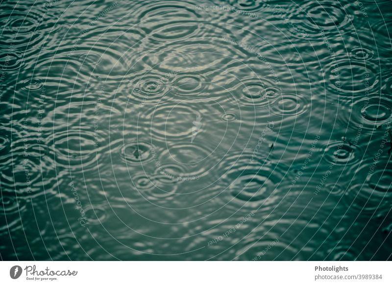Regentropfen tanzen auf einer Pfütze nass Wassertropfen regnerisches Wetter Landschaft Regentag regnet Regenguss Außenaufnahme Menschenleer Schwarzweißfoto