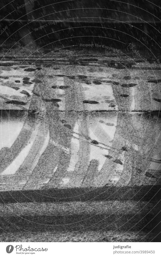 Winter auf der Straße Schnee Spuren gehweg Reifenspuren kalt Schneespur Fußspuren Schuhabdrücke Niederschlag Richtung Richtungswechsel Verkehr urban Wetter