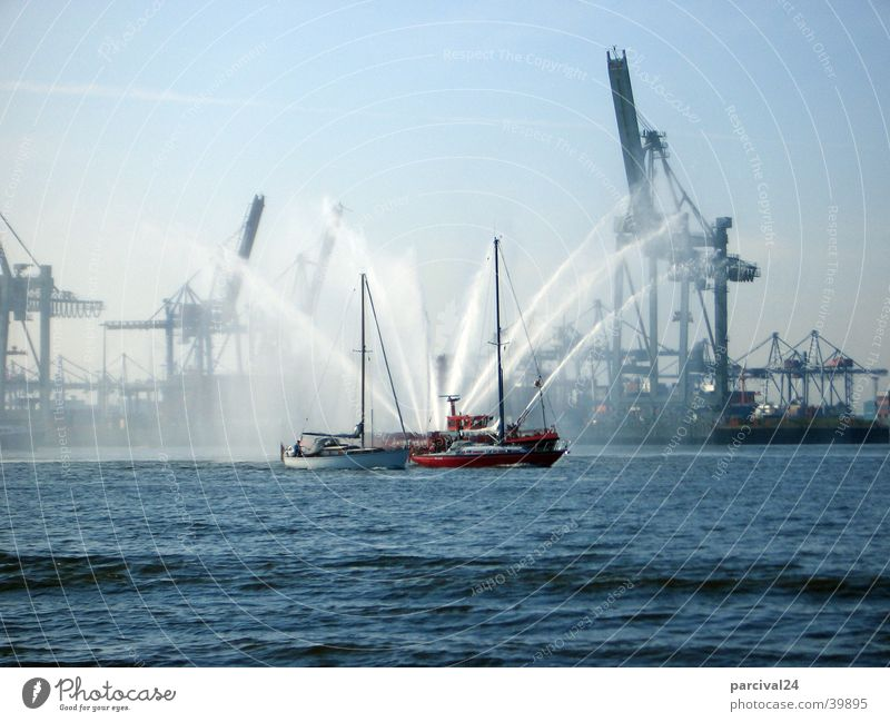 Löschboot Wasserfahrzeug Kran Dock löschen begleiten Wasserfontäne Euphorie Industrie Feuerwehr Fluss Elbe Hafen Begrüßung Hamburg spritzen Freude