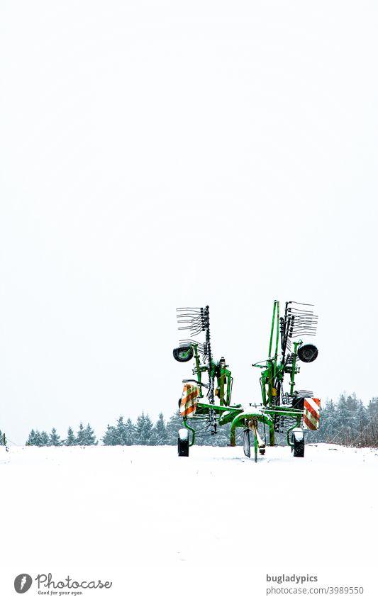 Winterliche Langeweile - Schwader steht einsam im Schnee Landwirtschaft Landwirtschaftliche Geräte landwirtschaftliche Nutzfläche Traktor Landschaft
