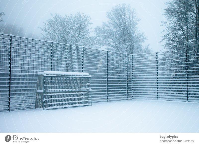 Saisonende - Winterpause Fußballplatz Fußballtor Tor Fußballstadion Fußballtraining Zaun abgesperrt geschlossen Schnee Sportstätten Ballsport Pause Spielende
