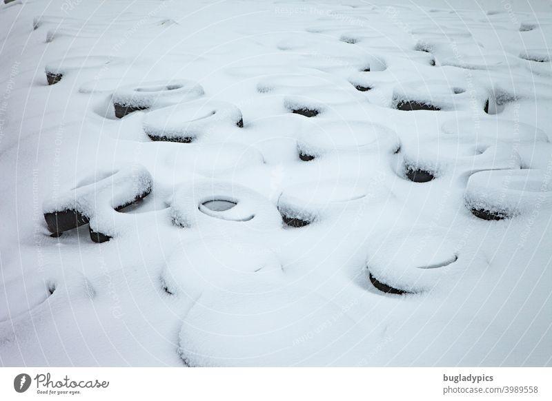 Im Schnee sieht fast alles schön aus Autoreifen Reifen Räder Gummi Kreis kreisrund schneebedeckt weiß weich schwarz schwarzweiß Muster Strukturen & Formen