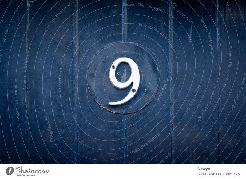 Hausnummer 9 9 Nummer Adresse britannien klassisch stilvoll abschließen Nahaufnahme dunkel Dekoration & Verzierung Design Detailaufnahme Ziffer Ziffern Tür