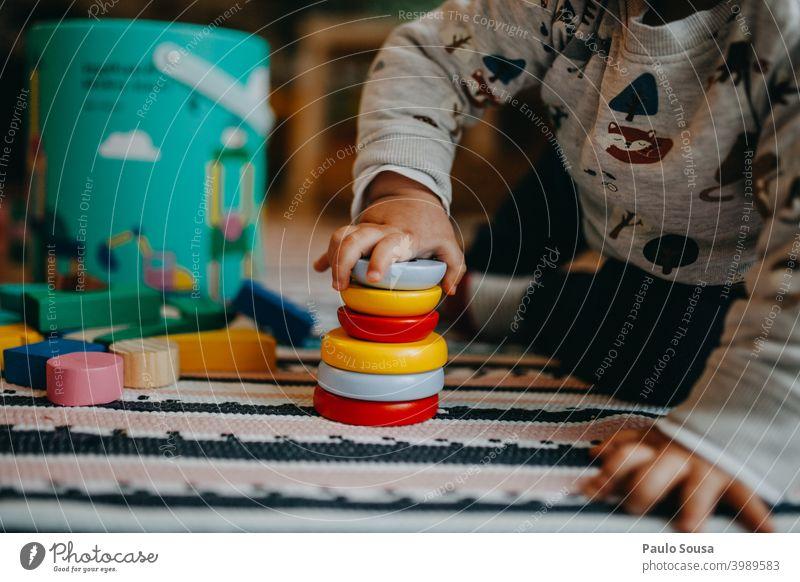 Kleinkind spielt mit Holzspielzeug Spielzeug hölzern Kindergarten authentisch zu Hause Mensch Freude Kindheit Spielen Glück niedlich Vorschulkind Aktion