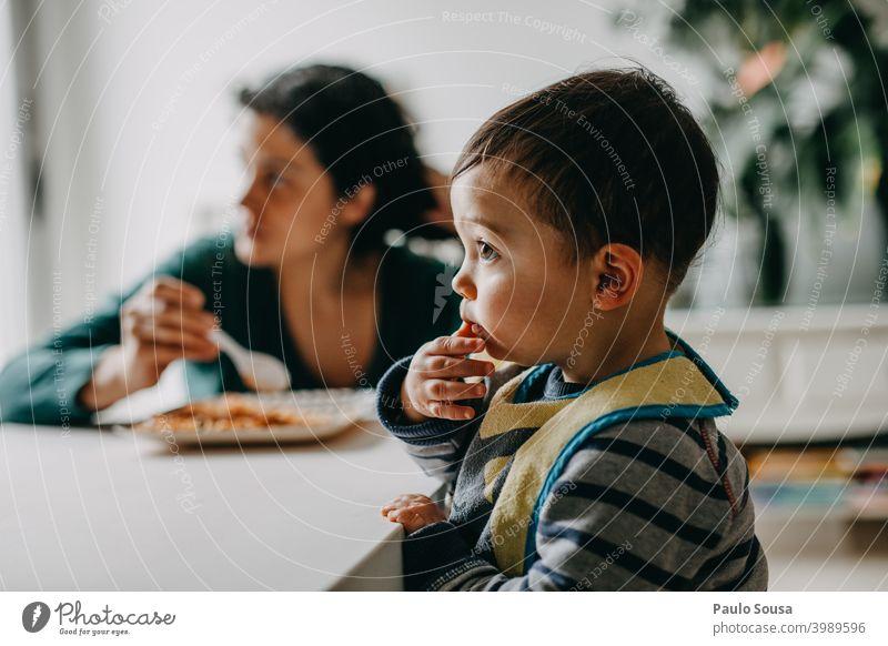 Mutter füttert Kind zu Hause Mutterschaft 1-3 Jahre Leben Lifestyle Zusammensein Zusammengehörigkeitsgefühl Menschen Pflege Fröhlichkeit