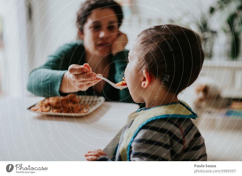 Mutter füttert Kind Mutterschaft Zusammensein Zusammengehörigkeitsgefühl Pflege Kaukasier Fröhlichkeit Menschen Kindheit Frau Halt Freude