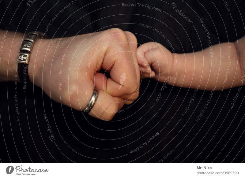 Ghetto Faust Ghettofaust corona Berührung Begrüßung begrüßen fist bump Handschlag Kontakt Kommunizieren Finger Gruß Männerhand Kinderhand Baby Haut Armband Ring