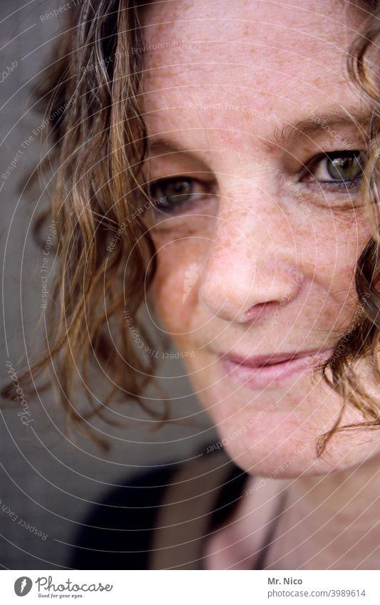 woman Porträt Sommersprossen Haare & Frisuren Haut Ausstrahlung schön Lächeln sympathisch authentisch Sympathie attraktiv Gesicht feminin Locken Wohlgefühl