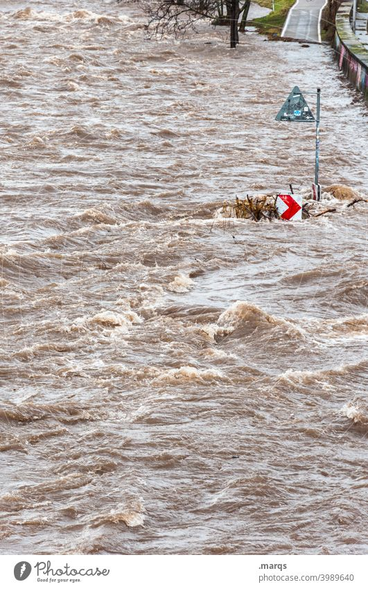 Radweg Wasser Überschwemmung Flut Fluss Pfeil Sicherheit Straßenverkehr Unwetter Naturgewalt außergewöhnlich Hochwasser Gefahr Ausnahmezustand