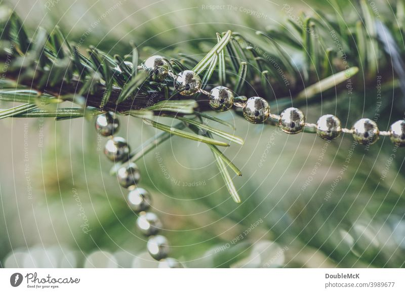 Eine Kette hängt im Weihnachtsbaum in der Nahaufnahme Weihnachtskette Weihnachten Weihnachtsschmuck Dekoration & Verzierung Weihnachten & Advent