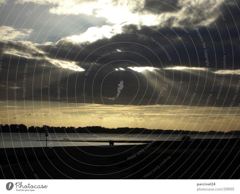 Elbstrand Strand Wolken dunkel bedrohlich Sonnenstrahlen Licht Herbst Elbe Wasser Sand Himmel Gewitter Spaziergang Wetter