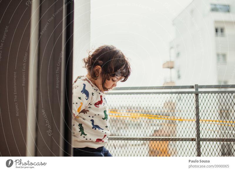 Nettes kleines Mädchen spielt auf dem Balkon Kind Kindheit zu Hause Tag Quarantäne zu Hause bleiben Familie & Verwandtschaft Licht Interesse Farbfoto Porträt