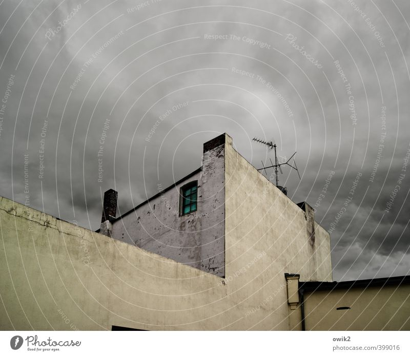 Funkturm Himmel Stadt Wolken Haus dunkel Fenster Wand Mauer oben Fassade Wetter trist groß hoch Klima einfach