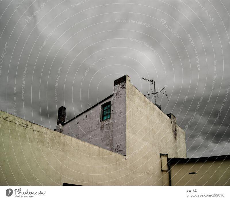 Funkturm Himmel Wolken Klima Wetter schlechtes Wetter Haus Mauer Wand Fassade Fenster Dachrinne Schornstein Antenne bedrohlich dunkel eckig einfach groß