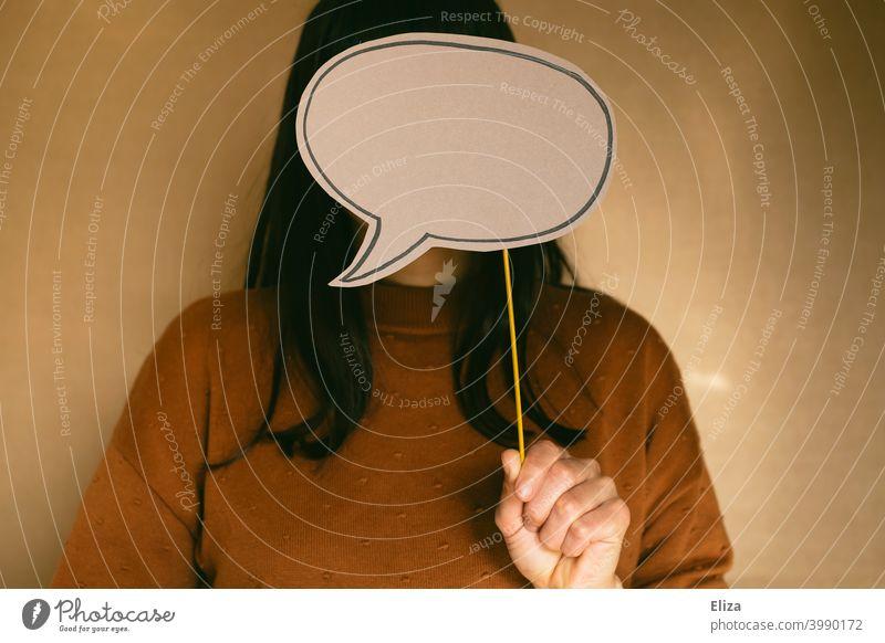 Nichts zu sagen haben und schweigen. Frau mit leerer Sprechblase vor dem Gesicht. Schweigen nichts zu sagen haben nichts sagen sprachlos stumm anonym sprechen
