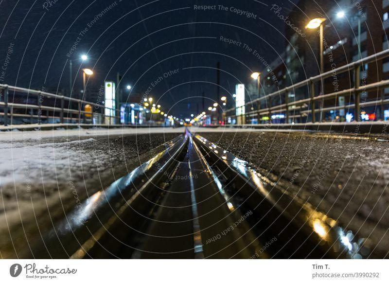 Nasse Gleise an der Haltestelle Landsberger Allee im Winter Friedrichshain Berlin Nacht Station snow Schnee Reflexion & Spiegelung Bahnhof Bahnsteig Verkehr