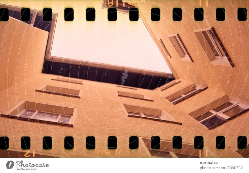 Ciene Eckzorzist Mietshaus Ecke Fassade analog Film Fenster Treppenaufgang Dachrinne Mietwohnung Altbau Großstadt saniert Mietwucher