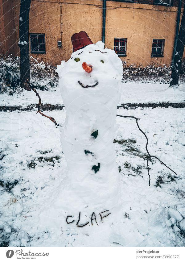 Schneemann Olaf im Winter in Neukölln Mauer Wand trendy Licht Tag Textfreiraum Mitte Außenaufnahme Experiment Textfreiraum oben Berlin Farbfoto