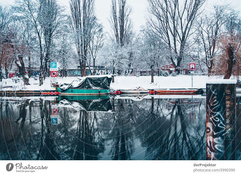 Winterlicher Landwehrkanal mit Booten II Naturphänomene Gefahr einbrechen Städtereise Sightseeing Naturwunder gefroren Frost Eis Naturerlebnis