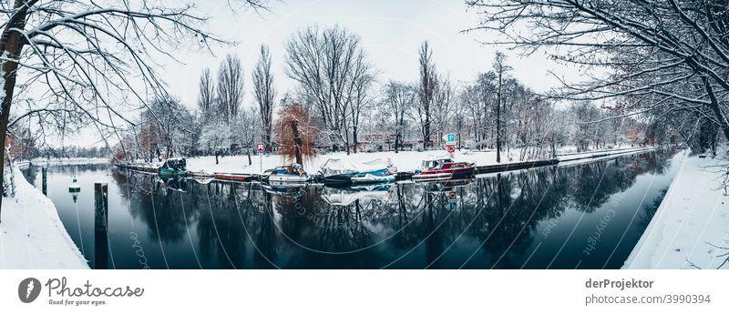 Winterlicher Landwehrkanal mit Booten Naturphänomene Gefahr einbrechen Städtereise Sightseeing Naturwunder gefroren Frost Eis Naturerlebnis