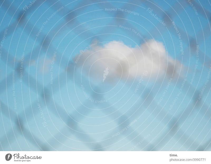 Geschichten vom Zaun (89) wolke gitter zaun himmel schönes wetter blau skurril gefangen draußen drinnen sichtbehinderung