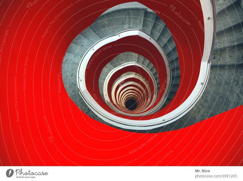 12.Etage Treppe Architektur rund Spirale Loch Perspektive Treppenhaus Wohnhaus rot stufen Kreisel Strukturen & Formen schwungvoll Stockwerk treppen steigen