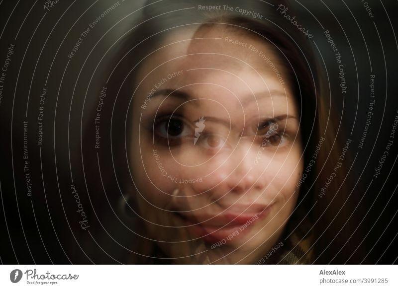 Doppelbelichtungs- Porträt einer jungen, brünette Frau die auf beiden Bilden lächelt Junge Frau hübsch langhaarig schlank Teenager 18-25 Jahre Jugendliche