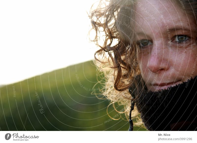 Sommersprossen und Locken Haare & Frisuren Gesicht feminin Gesichtsausdruck Porträt natürlich herbstlich Lifestyle positiv Blick schön Zufriedenheit Schal
