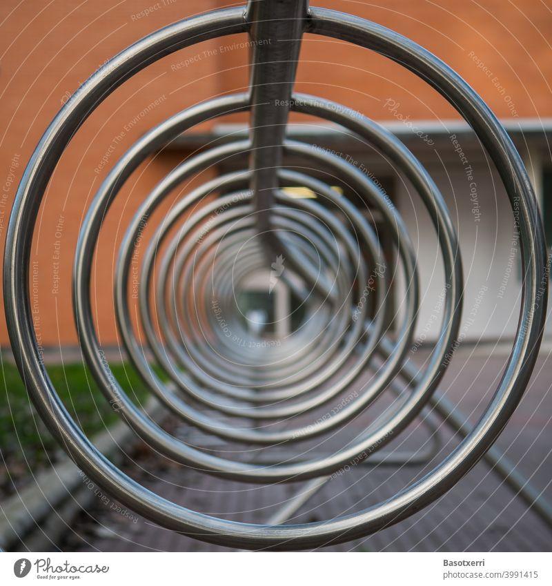 Blick ins Innere des Fahrradständers rund Kreis Stahl Edelstahl blank Symmetrie symmetrisch Struktur Stadt Tag Menschenleer Metall Nahaufnahme Fahrradfahren