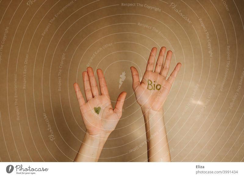 Hände mit dem Wort Bio und einem Herzen in grüner Farbe Ökologisch Bioprodukte nachhaltig gesund Ernährung umweltfreundlich biologisch Mensch ökologisch