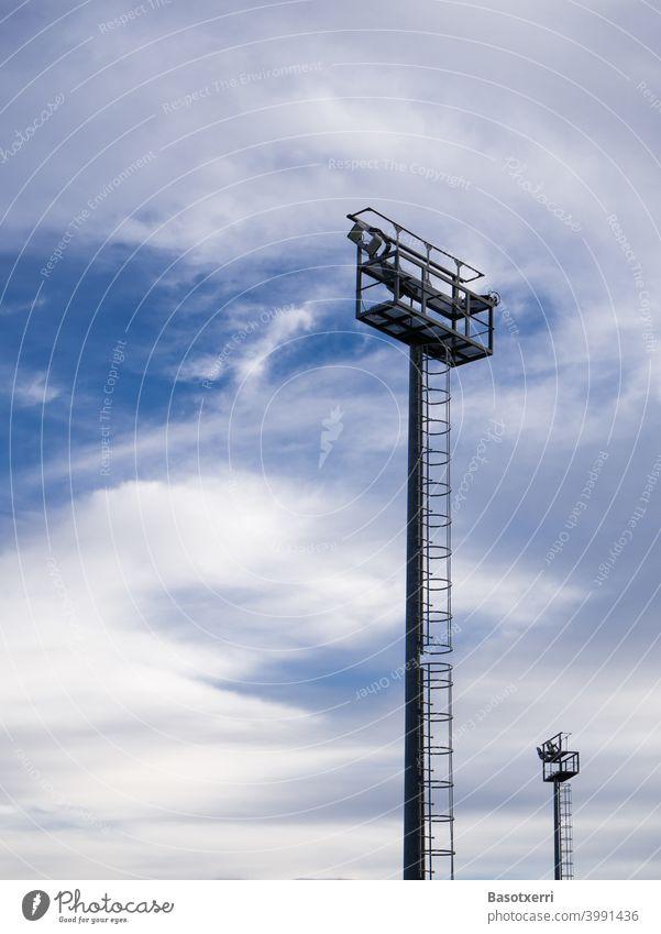 Beleuchtungsmasten am Spielfeld vor interessantem Himmel abstrakt Mast Farbfoto Menschenleer Tag blau Außenaufnahme Textfreiraum oben Textfreiraum links Lampe