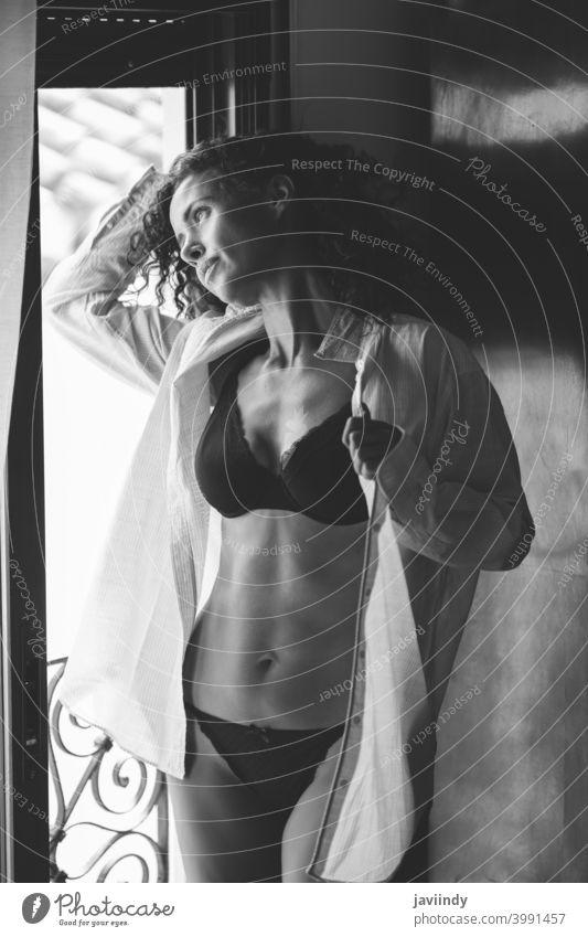 Frau mittleren Alters In Dessous und Hemd posiert in der Nähe des Fensters 40s weiß Unterwäsche Sinnlichkeit posierend Person Dame im Innenbereich Weiblichkeit