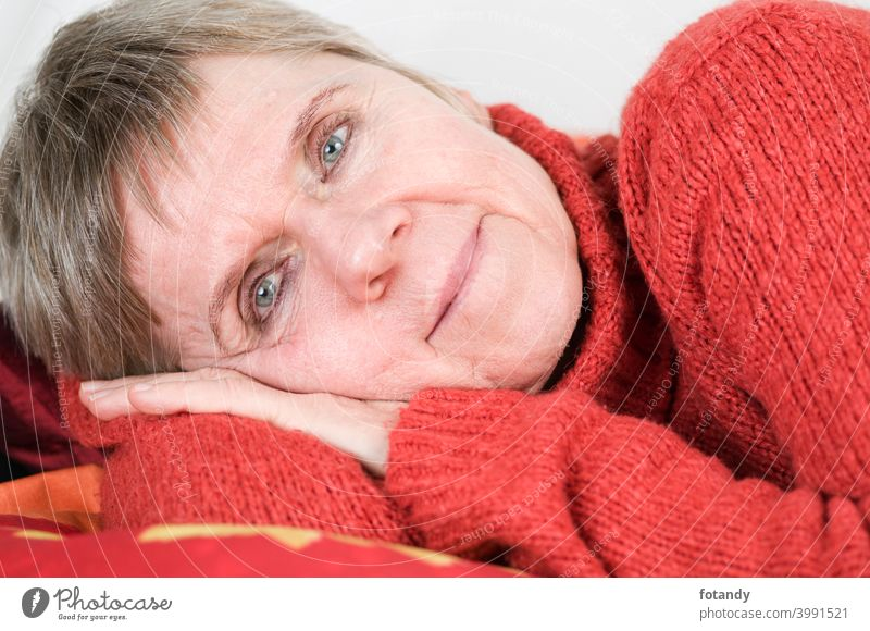 Auf der Seite liegend neben auf die Kamera schauen sich[Akk] entspannen Frau Kopf und Schultern Porträt ältere Frau Befriedigung Erholung Erwachsener freundlich