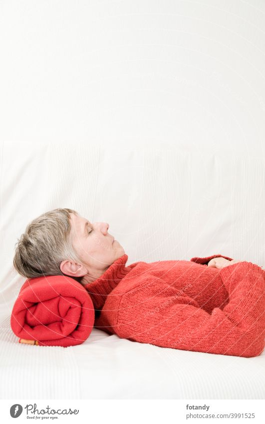 Entspannung in rot vertikal sich[Akk] entspannen Frau Oberkörper ältere Frau Befriedigung Erholung Erwachsener friedlich graues Haar Kurze Haare gemütlich