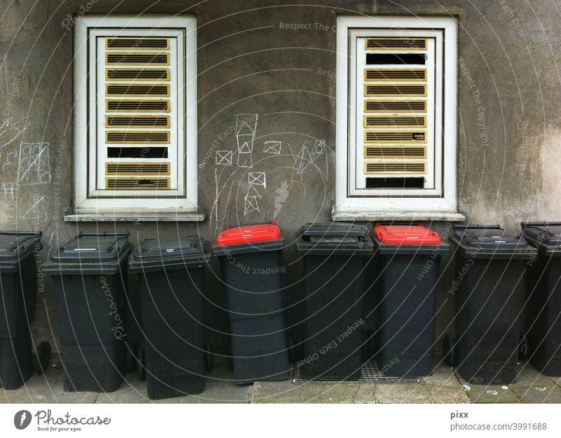 |  ||rot|rot|| Müll Mülltonnen abfallentsorgung mülltrennung müllabfuhr hausmül bürgersteig restmüll system reihe warten umweltschutz streetfoto urban stadt