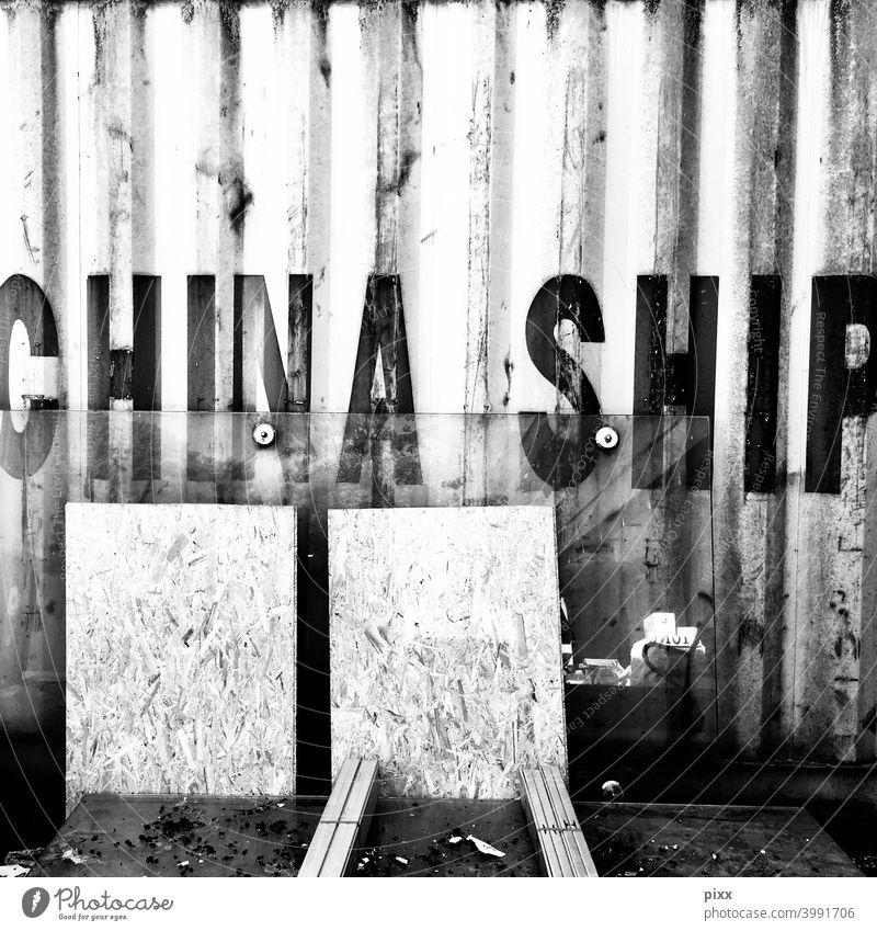 China Ship Container ladung beladung transport asien kontinent übersee schiff transportieren verladen schwerlast wellblech stahl metall struktur Schwarzweißfoto