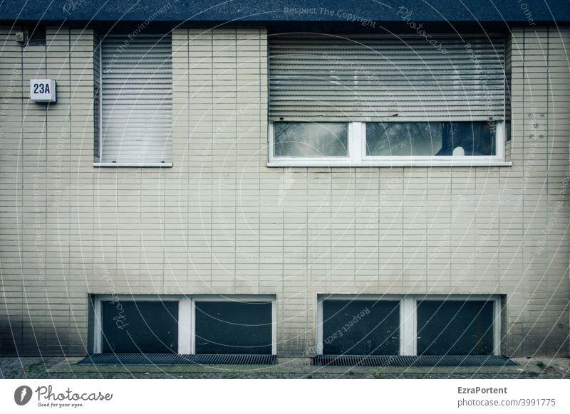 23A Fassade Mauer Wand Architektur Stadt Gebäude trist Fenster Haus Häusliches Leben grün Zahl Hausnummer Rollladen Jalousie offen geschlossen Kacheln