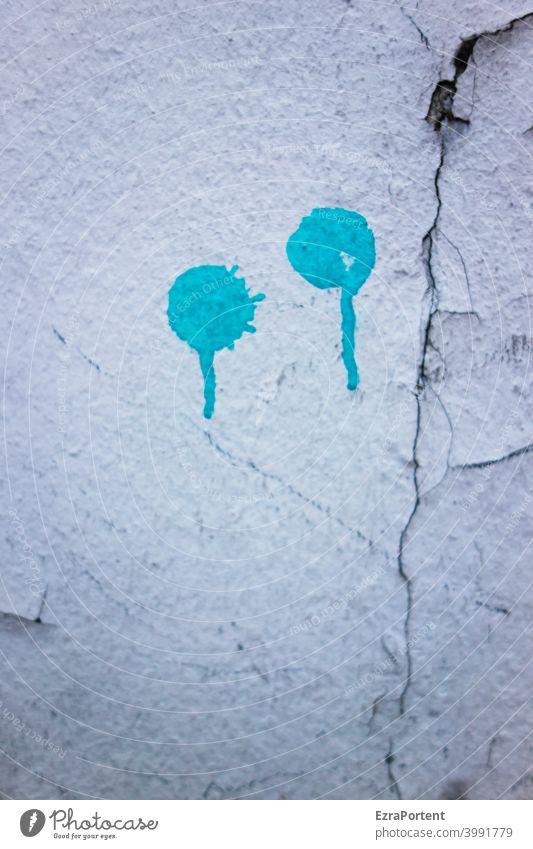 gewisse Traurigkeit Fassade Mauer Wand Riss Putz Farbe Punkt Graffiti Farbverlauf blau weiß grau defekt kaputt alt Verfall Strukturen & Formen abstrakt