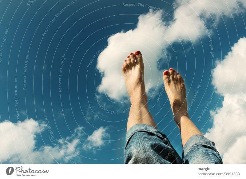 Wie auf Wolken gehen!  Füße zeigen zum Himmel Füße hoch Beine Barfuß Frau Zehen Sommer Außenaufnahme Nagellack Mensch feminin Frauenfuß Haut barfüßig Fuß