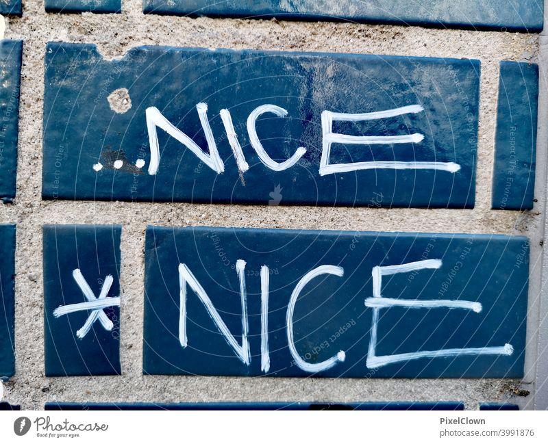 Graffiti, Nett ist immer gut blau Wand Farbfoto Schriftzeichen Straßenkunst Jugendkultur Wort Schmiererei Buchstaben Subkultur trashig