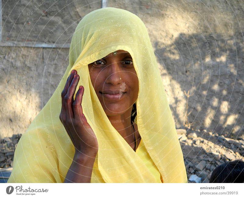 Mysteries of India Frau Sari gelb Indien geheimnisvoll Gesicht Blick Auge schön