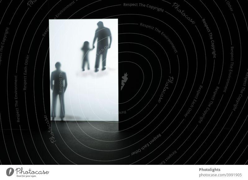 Ein Mann beobachtet, wie eine Person mit einem Kind an der Hand weggeht Ärger Aggression Wut Nervosität Feindseligkeit Sorge Gewalt Licht Entsetzen verstört