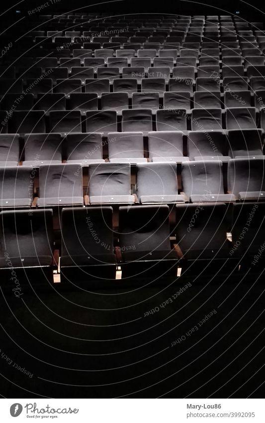 Leere Stuhlreihen im Theater während Corona-Krise Coronakrise Kulturkrise Stühle Sitze Theatersitze leere Reihen Zuschauer Publikum Menschenleer Sitzgelegenheit
