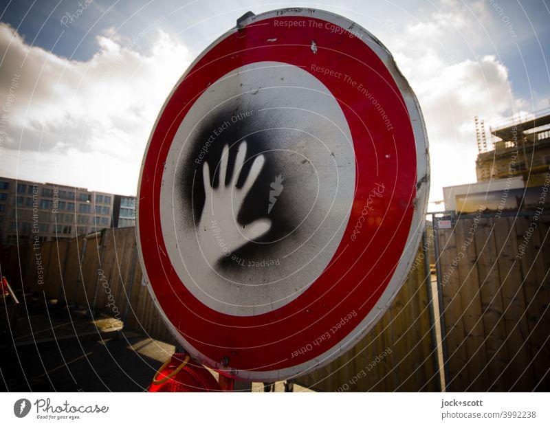 Bitte nicht berühren oder Verbot für Fahrzeuge aller Art Verkehrszeichen Straßenkunst handabdruck Kreativität Bauzaun Baustelle Berlin-Mitte Himmel Wolken
