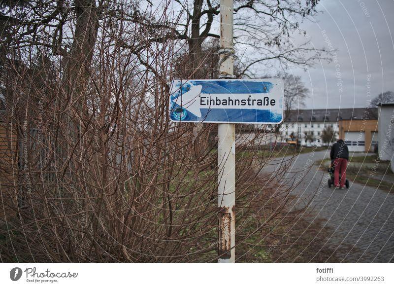 Ähm... wo geht's lang? Einbahnstraße Straße Schilder & Markierungen Verkehrswege Außenaufnahme Farbfoto Verkehrsschild Verkehrszeichen Stadt ausweglos Ausweg