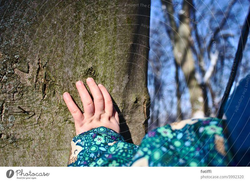 Borkengefühle - Kleinkind fasst einen Baum an Baumstamm Gefühle Oberfläche tasten fühlen berühren Rinde Natur Wald Außenaufnahme Pflanze Umwelt Baumrinde