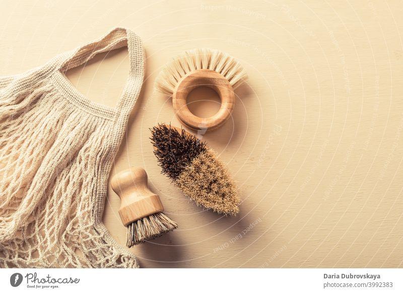 Ökologische Reinigung. Holzbürsten zum Spülen von Geschirr hölzern kunststofffrei Lifestyle heimwärts Sauberkeit Natur Kulisse organisch Küche modern