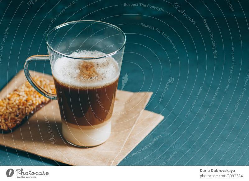 Kaffee mit Milch in Schichten. Mokka macchiato Getränk Koffein Latte heiß Cappuccino Frühstück Café Morgen braun Sahne melken Glas weiß Aroma liquide Tisch
