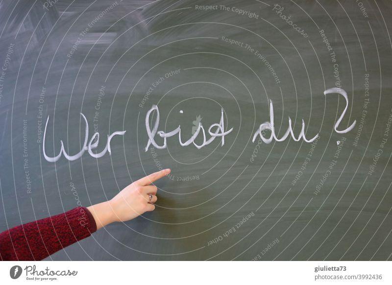 Wer bist du? | Lehrerin zeigt mit der Hand auf die Frage an der Tafel Gesellschaft (Soziologie) Typographie Kommunizieren Kreide Schule Klassenraum lernen